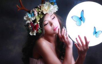 свет, цветы, девушка, фон, волосы, лицо, бабочки, рога, макияж, венок, круг