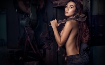 ключ, азиатка, комбинезон