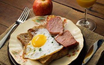 бокал, вилка, хлеб, яблоко, мясо, нож, яйцо, сок, яичница, ветчина