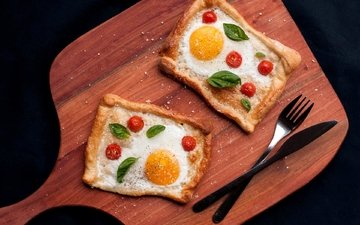 вилка, нож, помидоры, тесто, яичница, специи, базилик, оформление