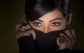 глаза, брюнетка, кольца, свитер
