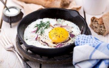 лук, хлеб, укроп, яйцо, яичница, специи, сковорода