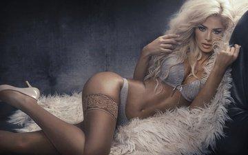 поза, блондинка, лежит, модель, чулки, фигура, туфли, красотка, мех, нижнее белье, сексуальная, monika synytycz