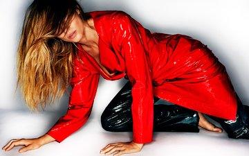 модель, плащ, фотограф, прическа, блестящие, в красном, брюки, на полу, vogue, жизель бундхен, mario testino, жизель бюндхен