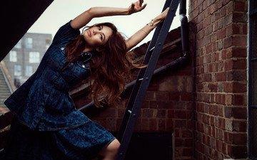 лестница, поза, модель, фотограф, актриса, кирпич, крыша, ольга куреленко, гламур, фотосессия, ольга куриленко, шатенка, signe vilstrup