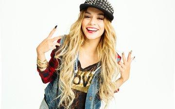 блондинка, улыбка, модель, фотограф, актриса, белый фон, бренд, кепка, фотосессия, жест, 2014 год, ванесса хадженс, джинсовка, marley kate, vanessa hudgens, bongo