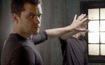 рука, отражение, взгляд, актёр, зеркало, лицо, мужчина, джошуа джексон