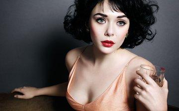 девушка, портрет, брюнетка, взгляд, волосы, лицо, актриса, стакан, красные губы, элизабет олсен