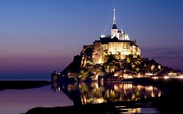 небо, огни, вода, вечер, отражение, замок, подсветка, остров, крепость, франция, синее, сиреневый, нормандия, осторов, франци, мон-сен-мишель, гора архангела михаила, мон сен-мишель