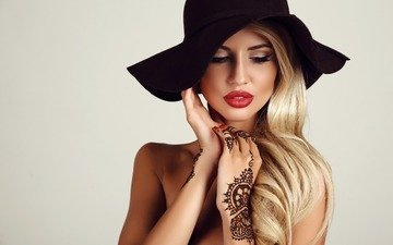 девушка, блондинка, портрет, взгляд, татуировки, тату, волосы, лицо, макияж, шляпа, ушанка, вечернее, блонд, волос, грим, henna