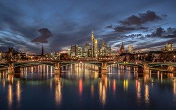 небо, ночь, огни, река, тучи, отражение, мост, город, небоскребы, дома, подсветка, здания, германия, освещение, высотки, франкфурт-на-майне, deutschland, майн
