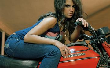 девушка, брюнетка, взгляд, джинсы, актриса, мотоцикл, кольца, майка, цепочка, джордана брюстер