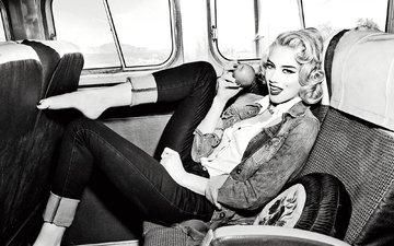 блондинка, чёрно-белое, фотограф, актриса, яблоко, макияж, прическа, реклама, автобус, фотосессия, салон, брюки, эмбер херд, амбер херд, джинсовка, ellen von unwerth, guess jeans