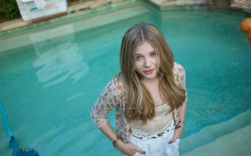 look, pool, actress, chloe grace moretz