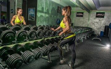 девушка, отражение, зеркало, фитнес, гантели, тренировки, тренажерный зал