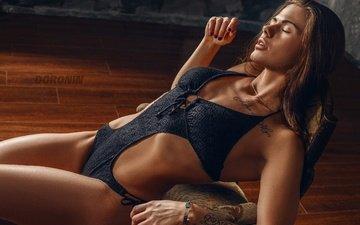 брюнетка, лежит, фотограф, фигура, позирует, белье, боди, сексуальная, на полу, denis doronin