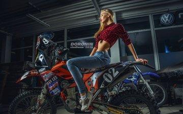 девушка, блондинка, джинсы, фотограф, мотоцикл, макияж, прическа, гараж, байк, рубашка, кроссовки, denis doronin, елена никитина