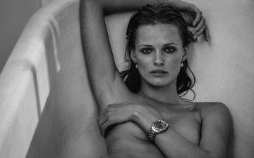 девушка, улыбка, взгляд, чёрно-белое, часы, модель, ванна, ню, эдита вилкевичуте