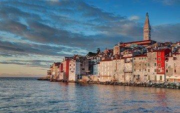 небо, облака, закат, пейзаж, море, город, башня, дома, церковь, архитектура, здания, хорватия, городской пейзаж, хорватии, колокольня, ровинь