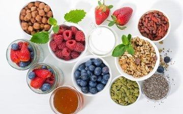малина, клубника, мак, ягоды, молоко, мед, фундук, семечки, мюсли, голубика