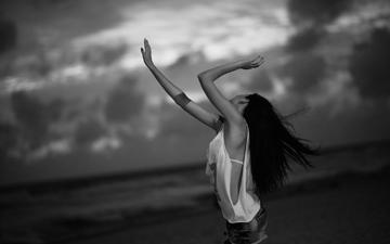 небо, девушка, море, пляж, чёрно-белое, романтика, волосы, black & white, ветер, руки, романтик, неба, майка, шорты, короткометражки, эмоция, gевочка, emi, hear