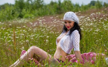 цветы, трава, поле, брюнетка, взгляд, луг, модель, грудь, кети