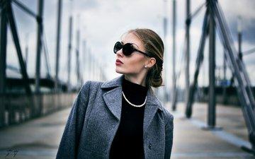 очки, бусы, шатенка, пальто