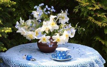 цветы, букет, чашка, чай, нарцисс, конфета, скатерть, незабудка