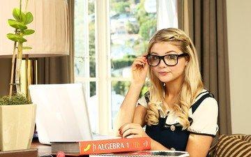 девушка, блондинка, взгляд, очки, стол, актриса, певица, ноутбук, учебник, стефани скотт, stefanie scott, тетради