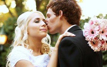 девушка, блондинка, парень, любовь, букет, жених, поцелуй, невеста