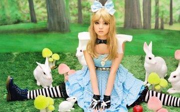 поляна, сидит, яблоко, перчатки, ботинки, бант, косплей, мухоморы, алиса в зазеркалье, syumi michishige, белые кролики, полосатые чулки
