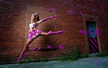 девушка, платье, стена, краска, улица, кирпич, бег, компьютерный дизайн