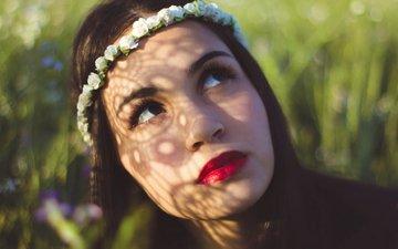 глаза, трава, брюнетка, лицо, крупный план, венок, красные губы