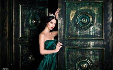 девушка, дверь, модель, корона, зеленое платье, алла бергер