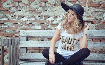девушка, блондинка, взгляд, стена, модель, чулки, скамейка, шляпа, чёрные, розовые губы