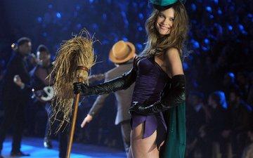 брюнетка, модель, шляпка, мода, подиум, шоу, метла, victorias secret