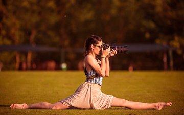 девушка, очки, фотограф, камера, шпагат