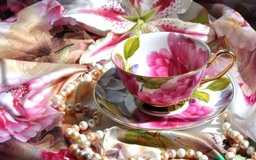 лилия, блюдце, чашка, ожерелье, платок