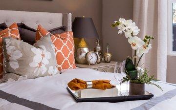 подушки, лампа, часы, кровать, салфетка, орхидея, поднос