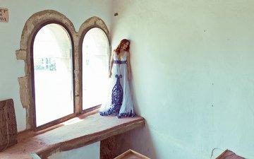 девушка, платье, дом, стены, лицо
