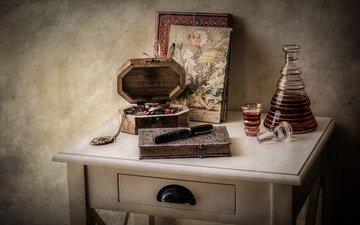 ручка, алкоголь, книга, столик, натюрморт, блокнот, шкатулка, графин, рюмка