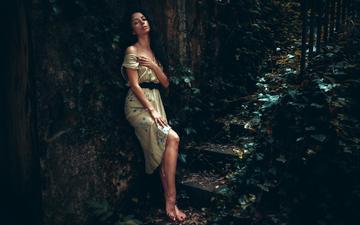 листья, ступеньки, девушка, настроение, платье, поза, портрет, брюнетка, стена, узоры, красавица, модель, плечи, ножки, милая, фигура, симпатичная, чувство, мрачный, прелесть, шикарная, стройная, георгий чернядьев, легкие, изумительная