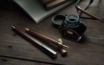 очки, стол, ручки, чернила, перо, канцелярия