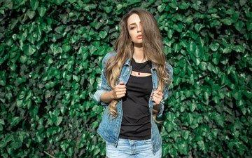 листья, девушка, взгляд, модель, фотограф, лицо, футболка, куртка, шатенка, длинноволосая, джинсовка, перерва дмитрий, любовь гуляк