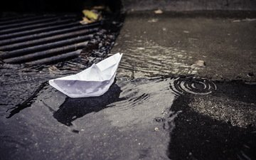 город, улица, лужа, кораблик, бумажный