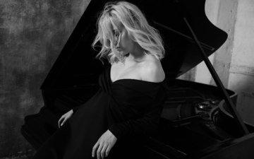 девушка, фон, платье, поза, блондинка, портрет, стена, инструмент, плечи, чб, милая, пианино, музыкальный, блака, чувство, декольте, чёрно - белые, волос, юлия, легкие, julia vice, денис николенко