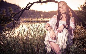 река, солнце, дерево, девушка, волосы, губы, кольца, браслеты, платья, прямой взгляд, втулка