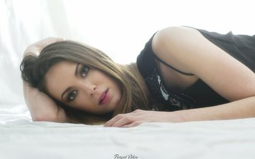 девушка, взгляд, фотограф, постель, красивая, лежа, florent bilen