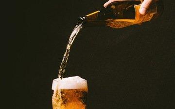 рука, напиток, пузыри, бокал, бутылка, пиво, пена, алкоголь