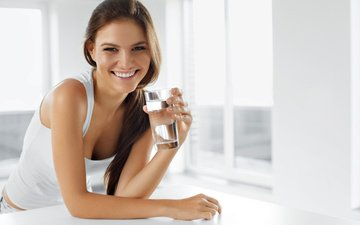 девушка, улыбка, взгляд, beauty, diet, drinks, healthy lifestyle, happy woman with glass of water, health